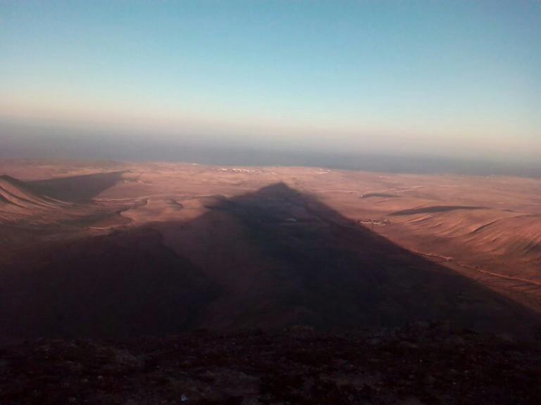 La sombra del pico de la montaña de Escanfraga, señalándonos por donde saldría la Luna llena.